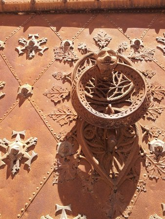 Catedral Basilica Metropolitana Primada de Tarragona: Nice knockers. Front entrance.