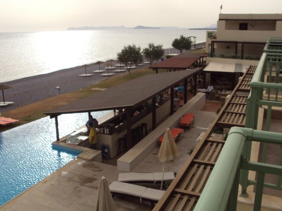 Grand Bay Beach Resort: Zicht naar rechts vanop balkon (met bar en restaurant)