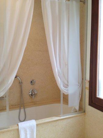 Hotel a La Commedia: Large Bathroom Room 302