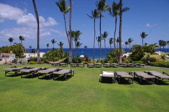 Fairmont Kea Lani, Maui : Another view of the beach, as seen from additional seating at the pool.