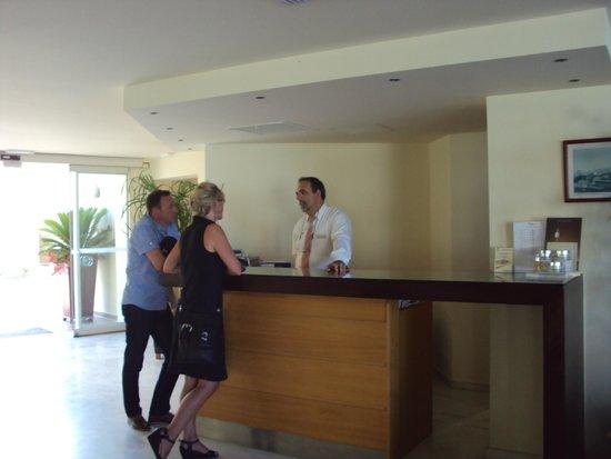 Grand Bay Beach Resort: Aan de receptie Mr. Antonis