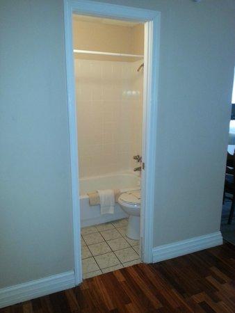 The Seascape Inn: Room 303 small bath