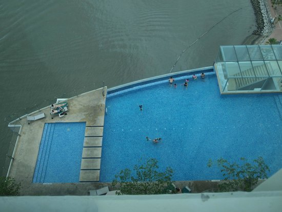 Four Points by Sheraton Sandakan : View of the swimming pool