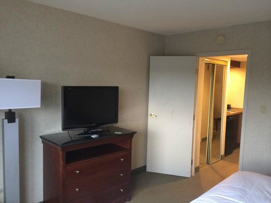Embassy Suites by Hilton Detroit - Troy/Auburn Hills: Bedroom looking at the hallway/wetbar