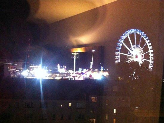 Holiday Inn Express Hamburg - St. Pauli Messe: View of Hamburg Dom from room