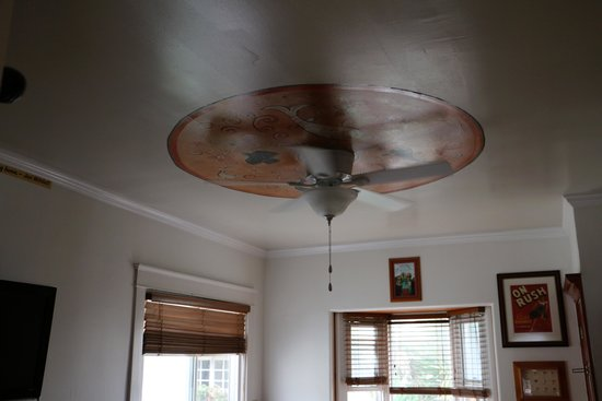 Sea Blue Hotel: ceiling fan family room