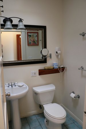 Sea Blue Hotel: bathroom... shower is hot and strong