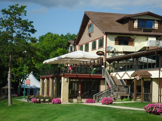 Chestnut Mountain Resort: Grounds and patio