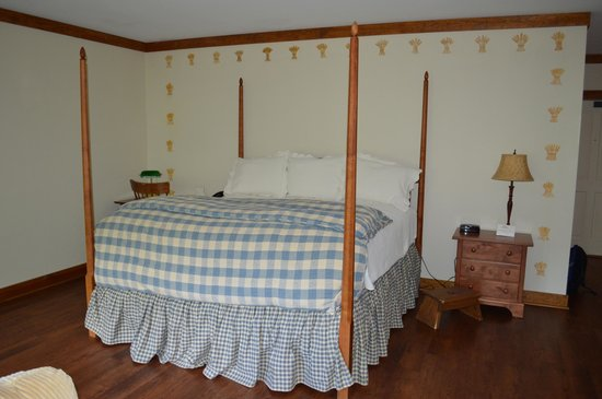 Lake Opechee Inn and Spa: High Bed in the room