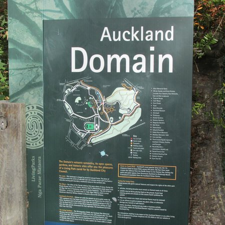 Auckland Domain : More than a garden, the Auckland museum is here as well.