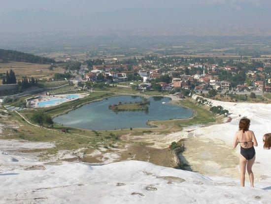 Reliable Travel: озеро и вид на отель