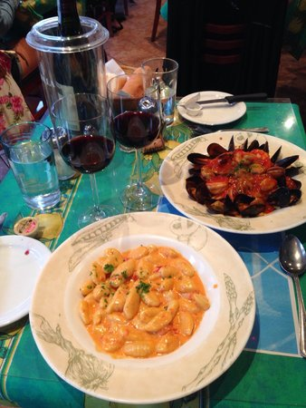 Napoli Pizzeria: Authentic Linguini Pescatore and Creamy, Cheesey Gnocchi 