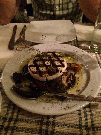 Labyrinth Wine Restaurant: Fromage grillé sur légumes marinés et grillés eux aussi. Très bon !!!