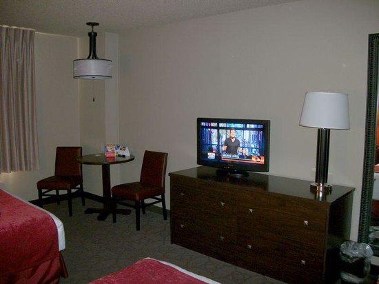 Edgewater Hotel & Casino: Sedona Tower Room - Table & TV