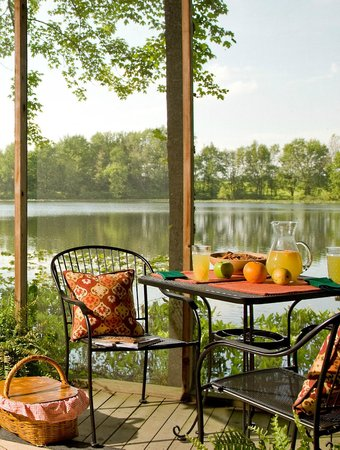 Castle in the Country Bed & Breakfast Inn: Picnic at our private Lake