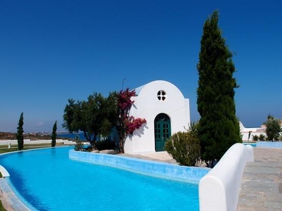Atrium Prestige Thalasso Spa Resort and Villas: la piscina dalla chiesetta