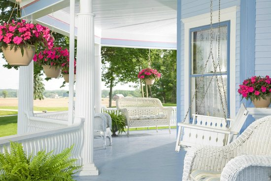 Castle in the Country Bed & Breakfast Inn : Relax on the porch swing at the historic Castle
