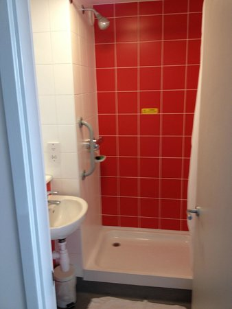 Travelodge Chester Central: Shower