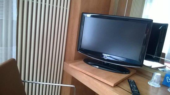 Best Western Hotel Ronceray Opera : tv schermo piatto con scrivania e sedia