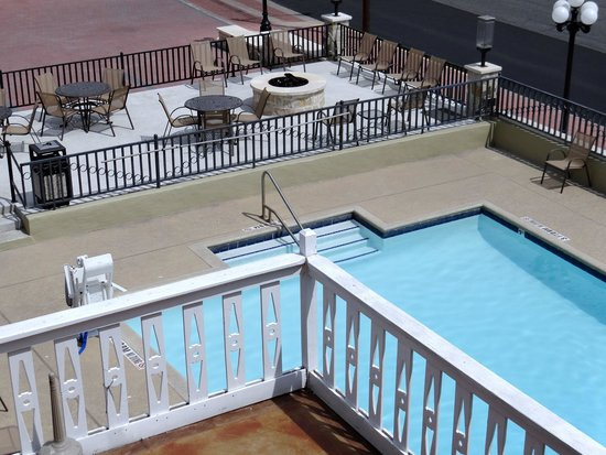 Sunday House Inn: Pool and fire pit deck