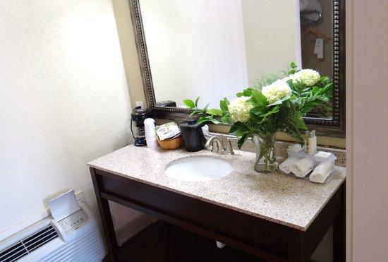 Sunday House Inn : Remodeled Bathroom