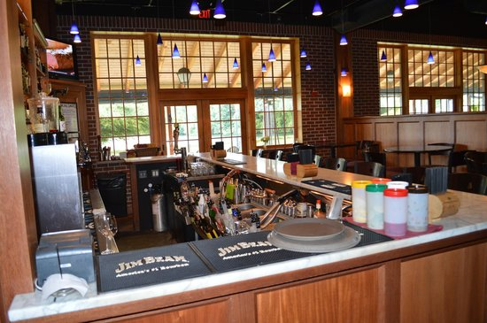 Lake Opechee Inn and Spa: The restuarant in the hotel...Bar...