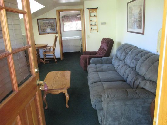 Whispering Pines Lodge : Living Room Area