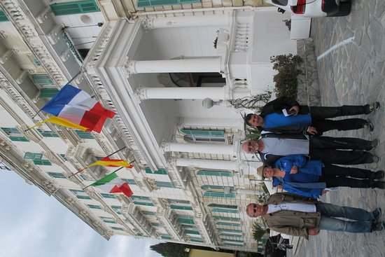 Grand Hotel Des Anglais : A fachada com suas bandeiras.