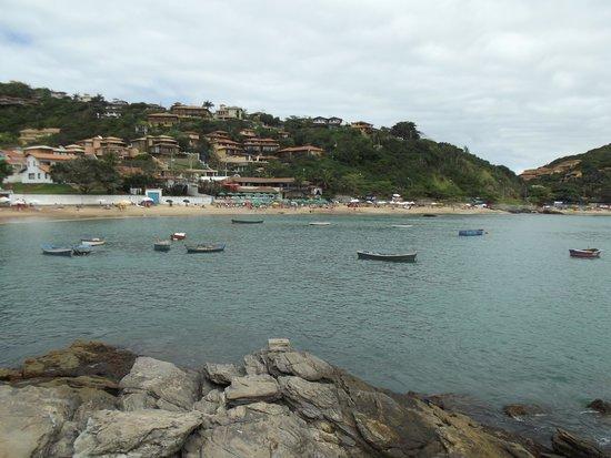 Joao Fernandes Beach: Vista da parte oposta, dos rochedos que dão acesso a João Fernandinho