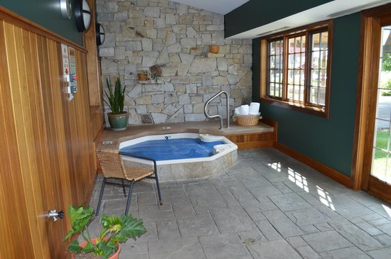 Lake Opechee Inn and Spa : Hot tub