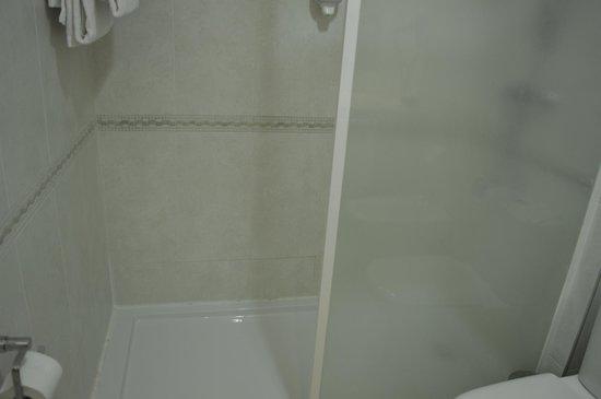 Hotel ATH Al-Medina Wellness: Placa de Ducha.