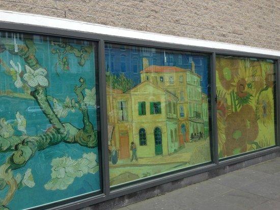 Van-Gogh-Museum: cartazes ao lado de fora do museu