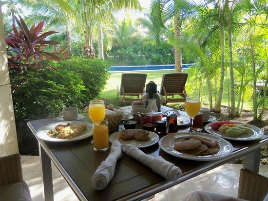 Excellence Playa Mujeres: Champagne breakfast in bed