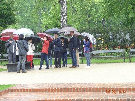 Parc Łazienki : Grupo de turistas na chuva.