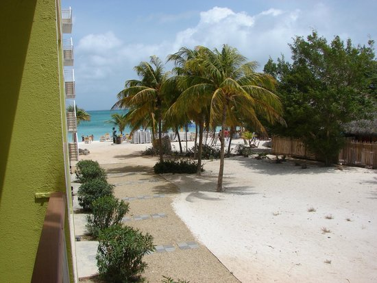 "Holiday Inn Resort Aruba - Beach Resort & Casino : Vista do quarto, que na verdade era ""Garden View""! Quase um frente mar"