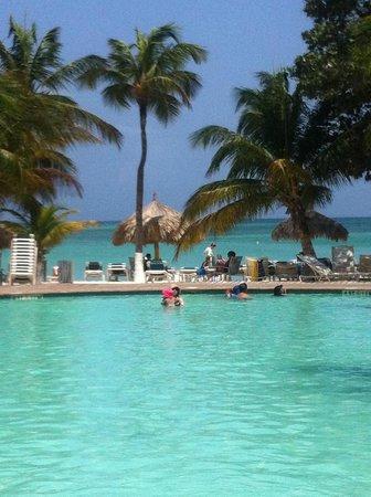 Holiday Inn Resort Aruba - Beach Resort & Casino: Incrivel a cor do mar em relação a cor da piscina! E olha que nem é a praia mais bonita de Aruba