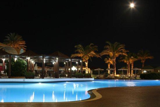 Rodos Palladium : Бассейн с вечерней подсветкой
