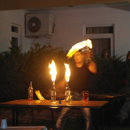 Melissa Garden Apart Otel: Fire eater display performed by one of the Bar staff