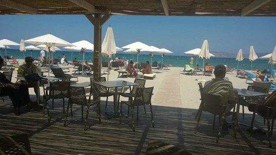 Caravia Beach Hotel: Terrasse sur la plage.