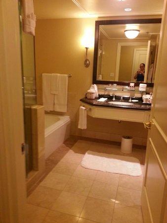 The Fairmont San Jose: Bathroom area