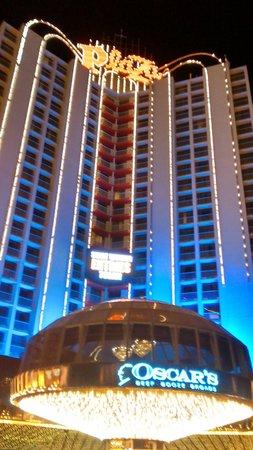 Plaza Hotel & Casino: Hotel visto de noite