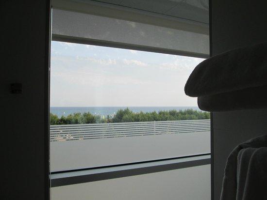 Hotel Volga: Ducha con vistas al mar