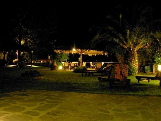 Christaras Apartments: Garden view by night