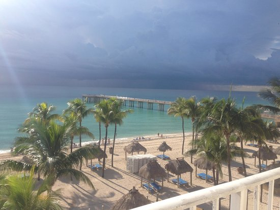 Newport Beachside Hotel and Resort: View from our room- gorgeous even when the rain is coming!