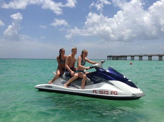 Newport Beachside Hotel and Resort: Jet ski rental right on beach in front of hotel