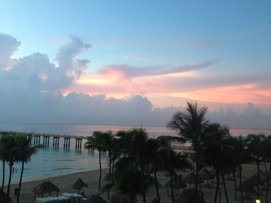 Newport Beachside Hotel and Resort : Sunrise and pier