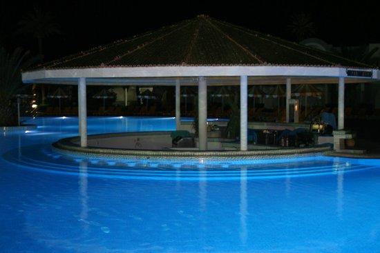 Djerba Holiday Beach : piscine la nuit