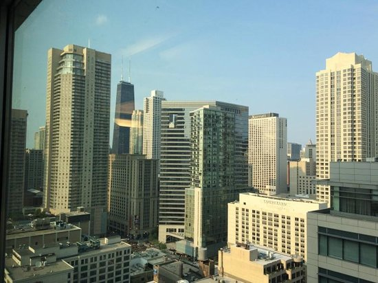 Residence Inn Chicago Downtown/River North: Same view minus drinks