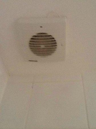 Hallmark Hotel Bournemouth Carlton: Filthy extractor fan room 2
