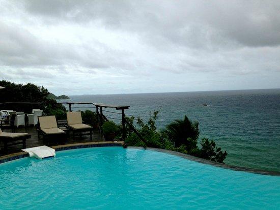 Aminjirah Resort : Pool area (On an overcast day)